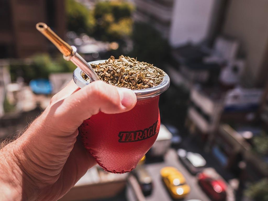 Beber yerba mate taragui en la ciudad